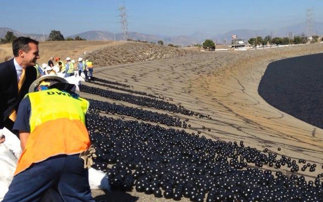 LAは水を保護するために市の貯水池に何百万ものプラスチックボールを投棄します