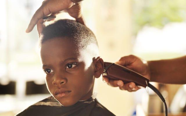 ヒーロー理髪師は彼に物語を読んでいる子供たちと引き換えに無料のヘアカットを与えます
