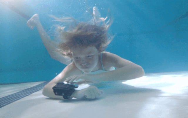 Un flotteur de piscine qui explose de votre poignet comme un jack-in-the-box