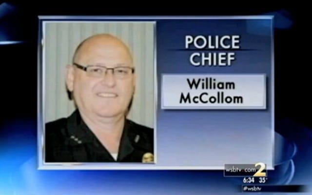 彼がベッドに持っていた銃で元妻を撃ったために宣告された元警察署長