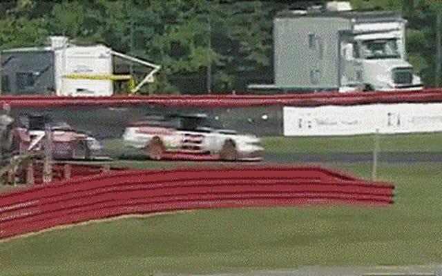 NASCARドライバーが勝利を勝ち取るためにレースリーダーをぶつけてしまうのを見てください