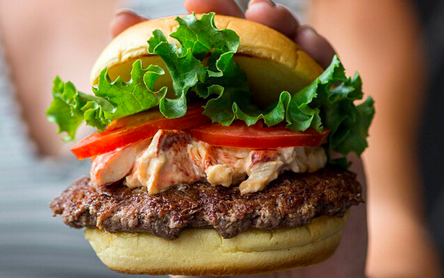 Новейший бургер Shake Shack - это красавица из лобстера и говядины с серфингом и дерном.