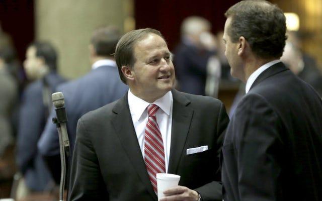 ミズーリ州議会議員は、ドレスコードがインターンのセクハラを防ぐのではないかと考えています