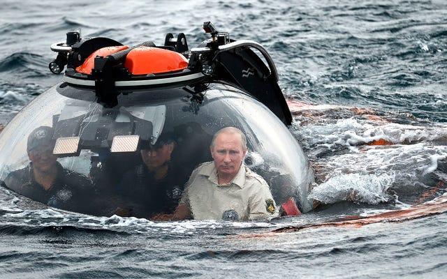 プーチンはボンドの悪役の領土に深く潜り、黒海を潜水艦で探検する