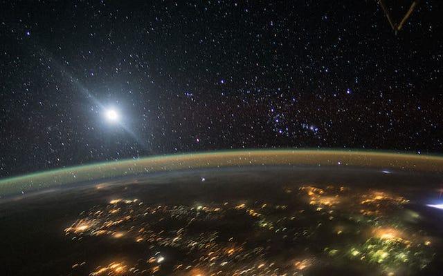 宇宙飛行士が赤いスプライトの珍しい写真を撮る