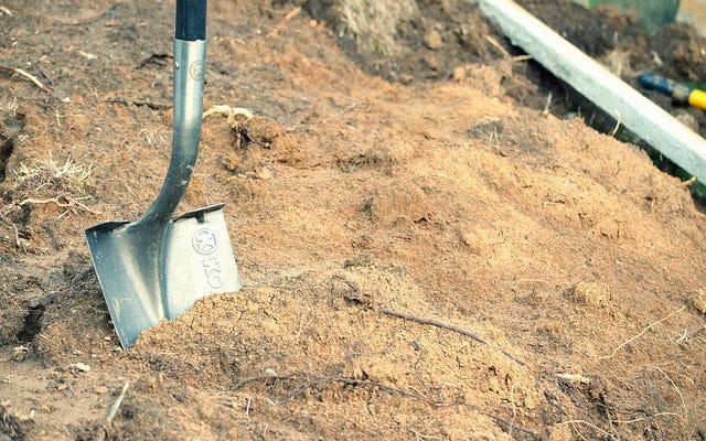 Hombre acusado de asesinato en caso frío después de que el cuerpo de su esposa fue encontrado enterrado en el patio trasero