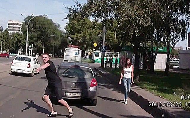 Russian Road Rager เพิ่มขึ้นจากการโจมตีด้วยขวานไปจนถึงการยิงในการจราจร
