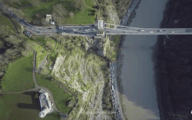 Un drone sospeso sul posto ha ripreso questi time-lapse perfetti della superficie terrestre