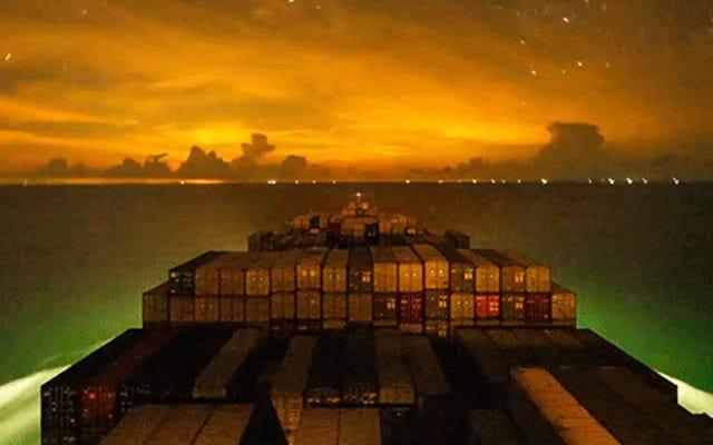 Una nave portacontainer che viaggia di notte nell'oceano è una delle cose più belle