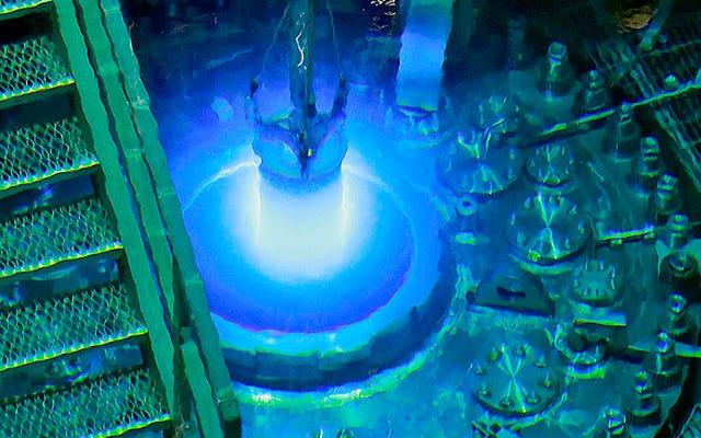 Images époustouflantes d'un réacteur nucléaire expérimental en cours de recharge