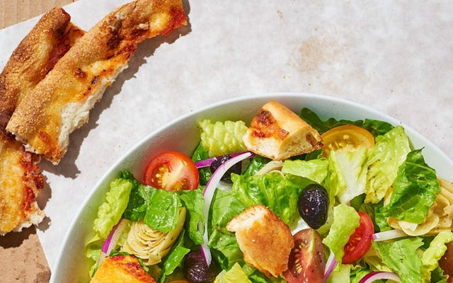 ทำ Croutons จากพิซซ่าที่เหลือสำหรับสลัดที่ดีที่สุดตลอดกาล