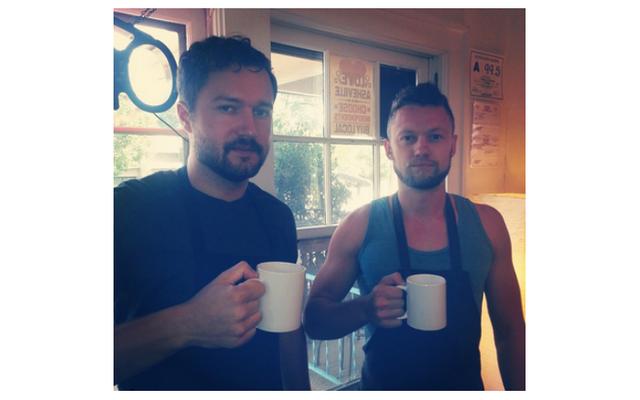 アッシュビルコーヒーショップのオーナーが密かにミソジニーのピックアップアーティストポッドキャスト、ブログを実行しました