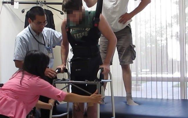 पैराप्लेजिक मैन ब्रेन सिग्नल के साथ अपने पैरों का उपयोग करके घुटनों पर फिर से चलता है
