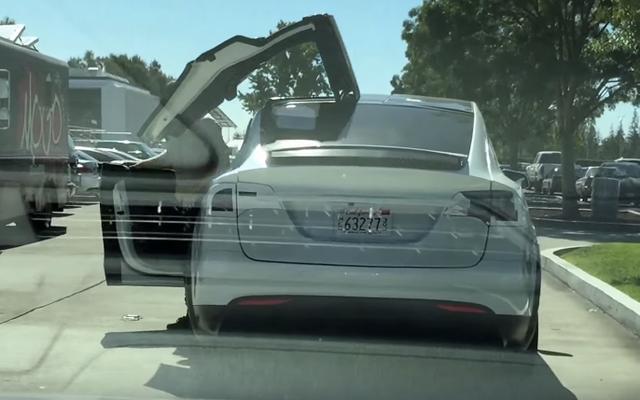 Guarda le nuove porte Tesla Model X in azione fuori dallo showroom