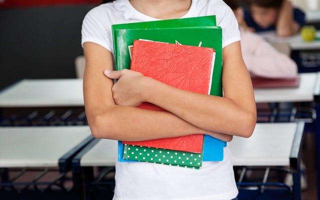 緑の間違った色合いを身に着けているために中断された8歳の少女
