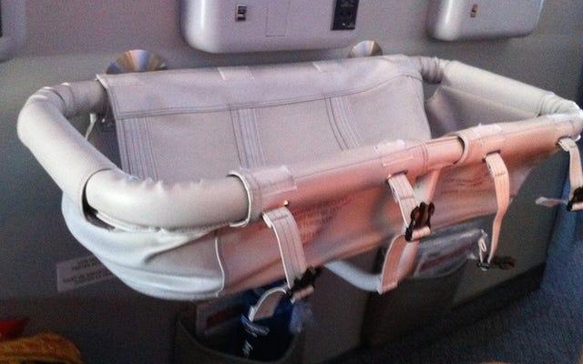 Yêu cầu nôi để giữ cho em bé của bạn thoải mái và yên tĩnh trên các chuyến bay dài
