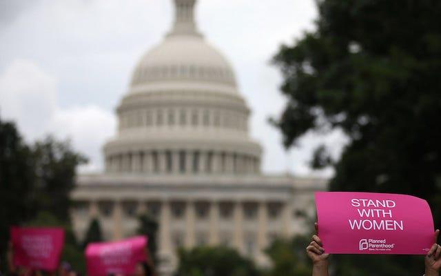 上院は、シャットダウンを防ぎ、計画された親子関係への資金提供を維持する法案を進める
