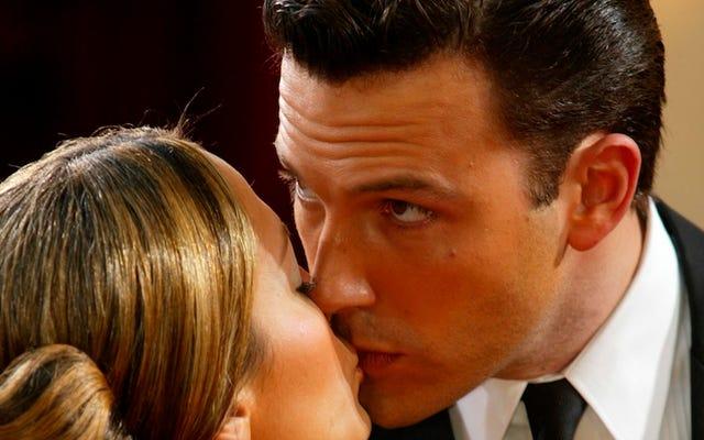 Matt Damon บอกว่า 'เจ็บปวด' ที่จะเป็นเพื่อนกับ Ben Affleck เมื่อเขาออกเดทกับ J.Lo