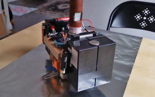 Guy construit un marteau électromagnétique Thor Mjölnir qu'il ne peut soulever