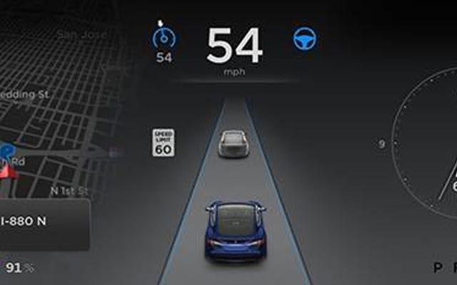 テスラの新しいオートパイロットは、あなたが運転している道路を操縦し、駐車し、地図を作成します