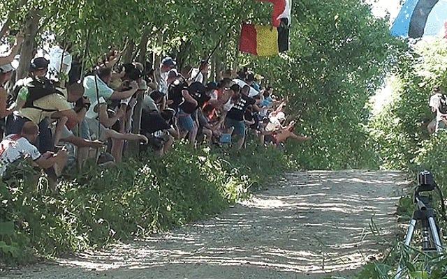 मैं दिन भर इस भीड़ के माध्यम से ओट टनक को कूदते हुए देख सकता था