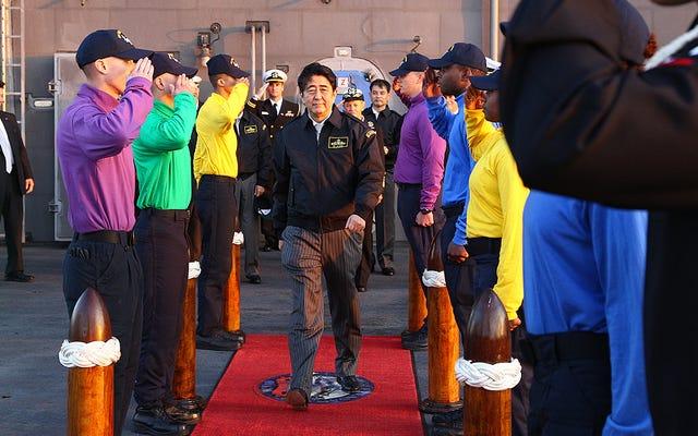 安倍晋三首相の米空母訪問は日本の軍事ドクトリンの新時代を意味する