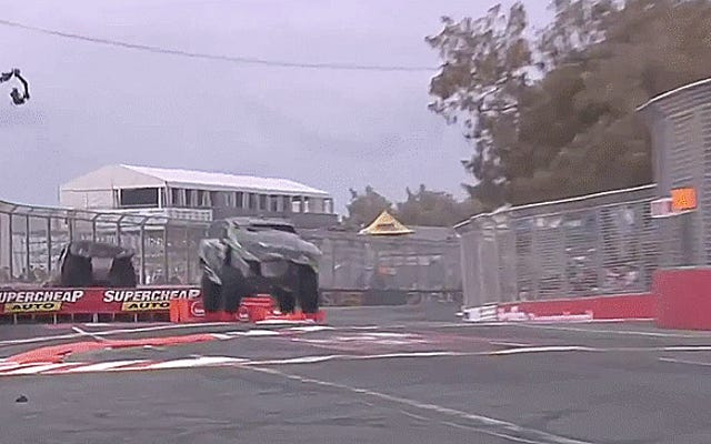 Wie um alles in der Welt hat dieser Truck die Landung dieses unglaublichen Sprunges überstanden?