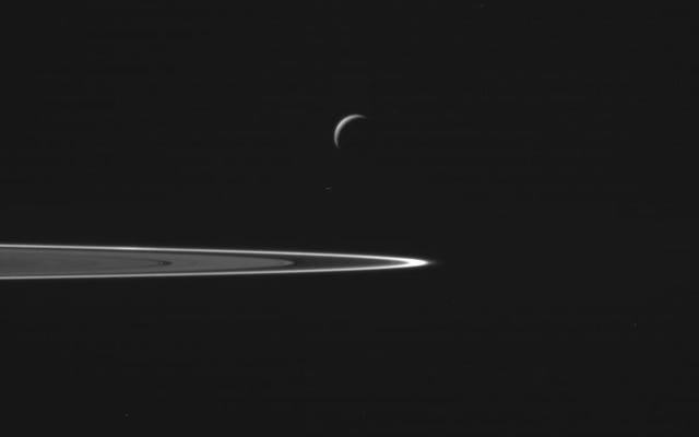 これがカッシーニの歴史的なエンケラドゥスフライバイからの最初の見事な写真です