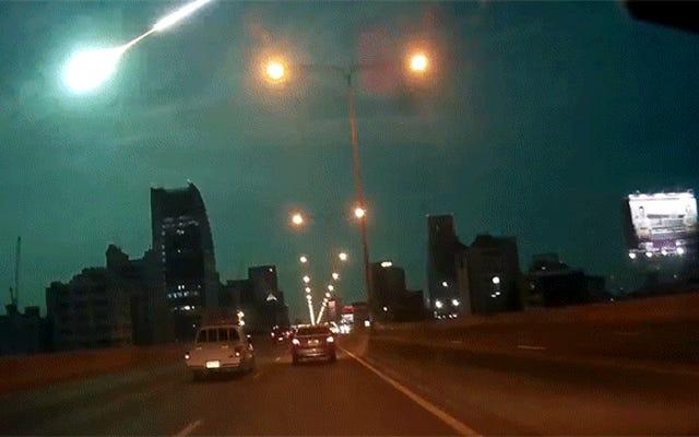 壮大な隕石の爆発が完璧なエイリアンブルーで夜空を照らします