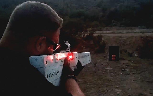 Il tizio che ha costruito la sua pistola Gatling Steampunk ha appena costruito un fucile a rotaia