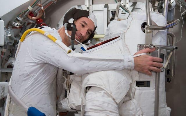 Pierwsza zasada spacerów kosmicznych: Kochaj swój skafander