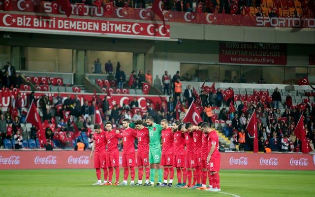 パリの攻撃のために黙祷の瞬間にトルコのサッカーファンがブーイングしたのはなぜですか?