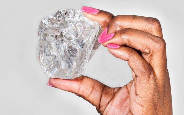 鉱山労働者がこの巨大なダイヤモンドを発掘したばかり— 100年で発見された最大のもの
