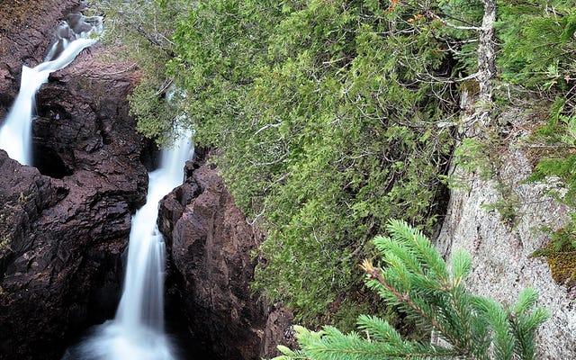 この川の半分は地面の穴に消え、誰もそれがどこに行くのかわかりません