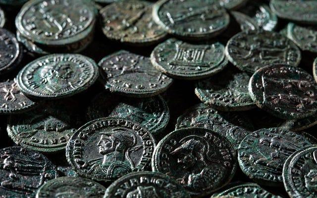 ほくろを殺そうとしている1700年前の4,000のローマのコインを見つける