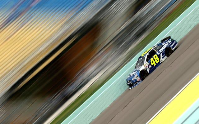 NASCARのジミージョンソンは、クルーメンバーのヒップが大きなフェンダーのへこみをチェックした後にペナルティを科されました