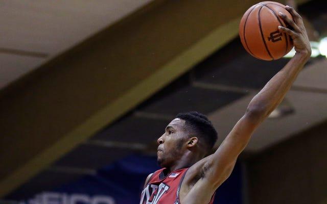 Derrick Jones Jr. là cầu thủ bóng rổ xuất sắc nhất của trường đại học