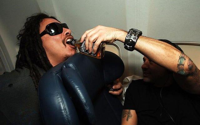 アメリカ人とサウスウエスト航空が機内で酒を飲む、乗客の熱狂さを理由に