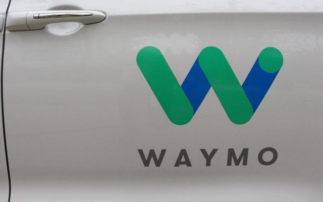 Uno dei taxi autonomi di Waymo è stato bloccato dai coni stradali ed è fuggito dai suoi carnosi signori