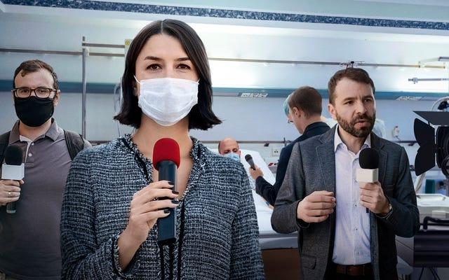 Les soins intensifs hospitaliers à pleine capacité avec des journalistes couvrant les anti-vaccins mourant de Covid