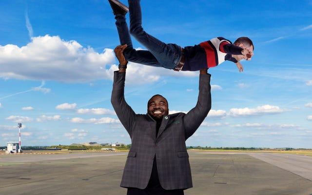 フロンティア航空は、モーター音を立てながら乗客を持ち上げてジグリングするエージェントを 1 つの大きなエージェントに削減します。