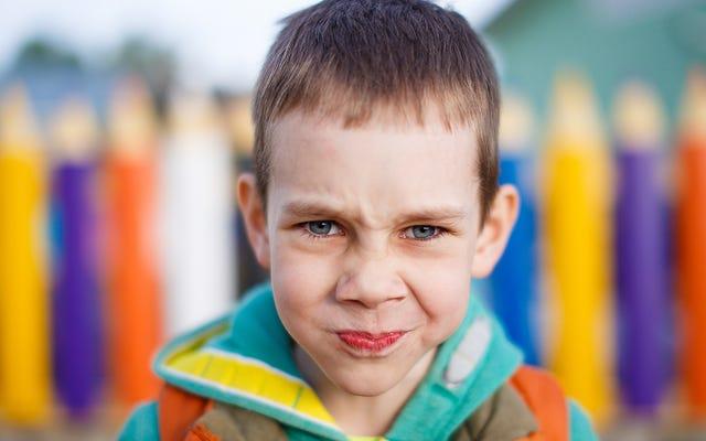 เด็กถูกล้อว่าแอบชอบด้วยความโกรธ อ้างว่าตัวเองไม่มีความรัก