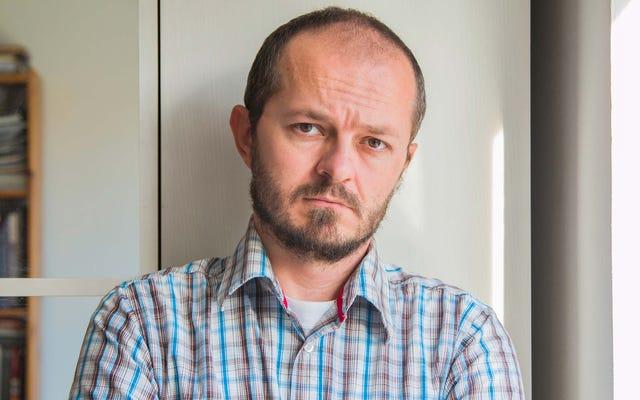 Hombre vacilante que solo espera para observar los efectos a largo plazo de la vacuna durante los próximos eones