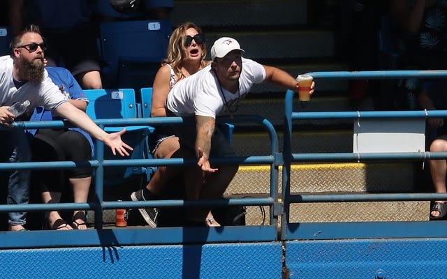 Так называемый несгибаемый фанат даже не перепрыгнет через перила стадиона, чтобы поймать футболку
