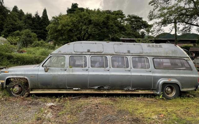 Soyez le roi des voitures étranges avec cette limousine de banlieue Chevrolet à 10 portes