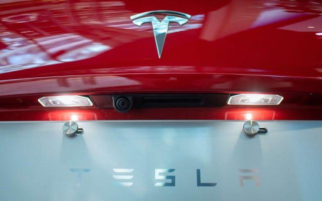 Secondo quanto riferito, Tesla ha pagato $ 1 milione a un ex dipendente per insulti razzisti