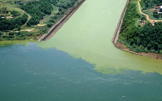 La costruzione è finalmente completata sul canale che collega il deflusso chimico al fiume Mississippi