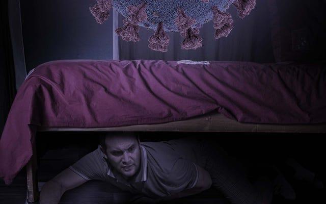 ชายคนหนึ่งซ่อนตัวอยู่ใต้เตียง ปิดปากขณะที่ไวรัสเดลต้าขนาดมหึมาหลั่งไหลเข้ามาในบ้าน