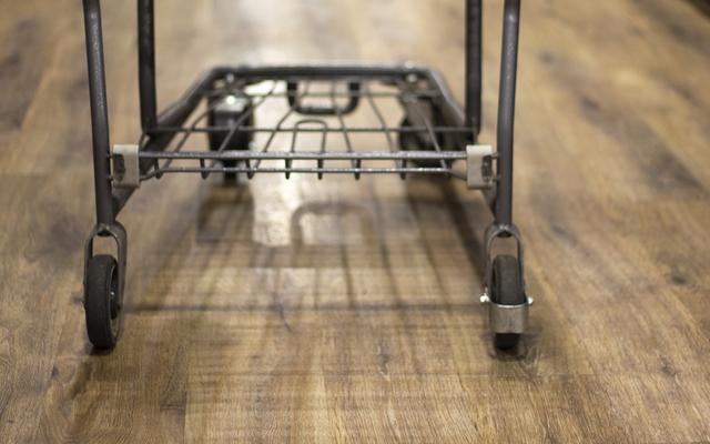 ビニール製の床は、スーパーマーケットからエピキュリアンの喜びのバザールに女性を輸送します