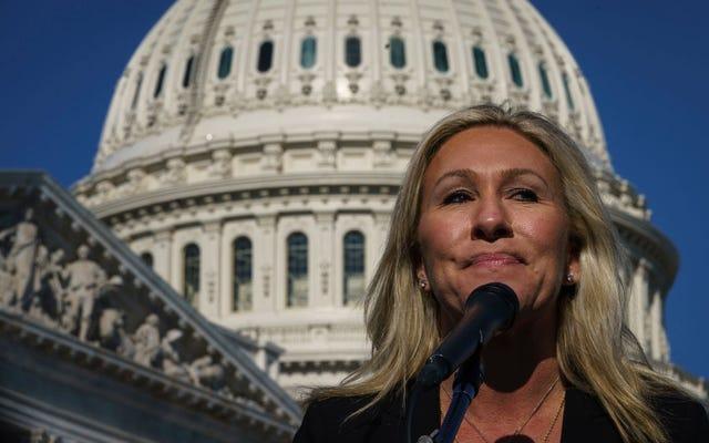 Gelöschtes Video von 2019 zeigt verrückte QAnon-Kongressabgeordnete, die AOC über ihren Mail-Slot im Büro belästigt